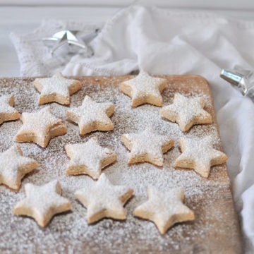 zimtsterne cinnamon stars dusted with icing sugar